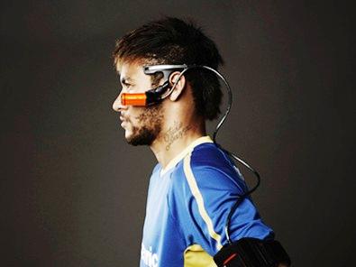 Der brasilianische Fußball-Superstar Neymar da Silva Santos Junior mit der neuen tragbaren 4K Kamera A500 von Panasonic