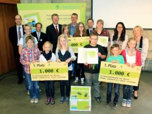 """Fleißige Schüler: Mit 1.000 Euro belohnte Bayerns' Umweltminister Marcel Huber die Gewinner der diesjährigen Sammelaktion """"Handy clever entsorgen"""""""