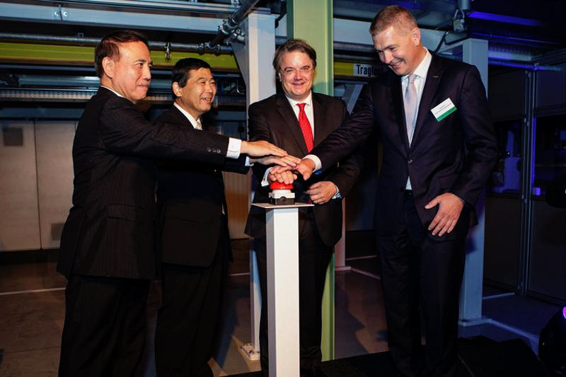 FUJIFILM Holdings President Shigehiro Nakajima signiert das erste Modul zur Gastrennung