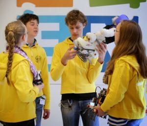 Schüler führen ihre programmierten Roboter vor