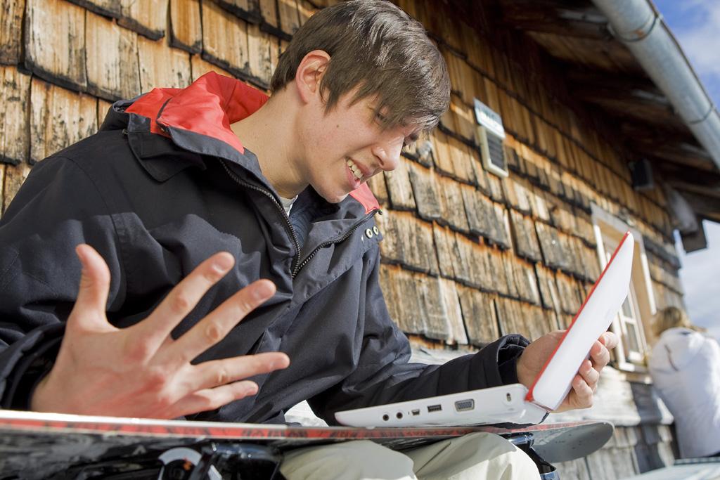 Kaspersky Winter-Mann mit Laptop
