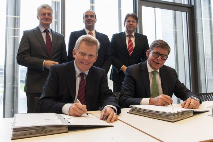 Vorne (v.l.): Guido Kerkhoff (CFO ThyssenKrupp AG) und Reinhard Clemens (CEO T-Systems). Im Hintergrund (v.l.): Dr. Heinrich Hiesinger (CEO ThyssenKrupp AG), Hagen Rickmann (Director Sales T-Systems), Klaus Hardy Mühleck (CIO ThyssenKrupp AG)