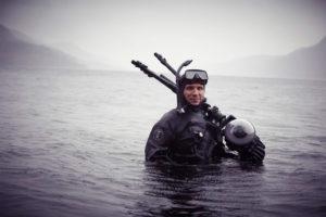 Ein Taucher des Catlin Seaview Survey bei Unterwasseraufnahmen im Loch Ness